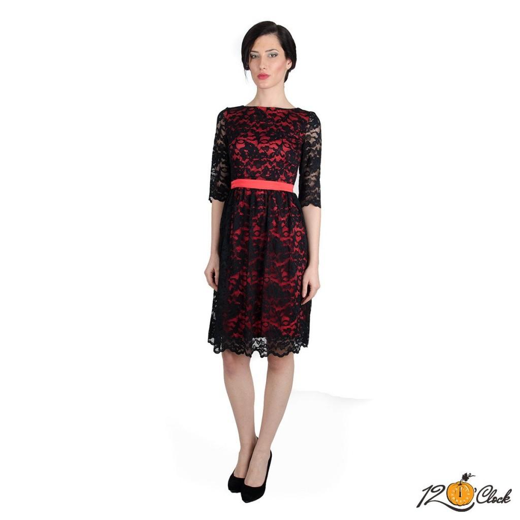 рокля с черна дантела